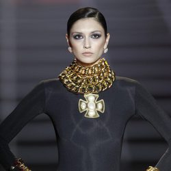 Complementos de maxicadena dorada de Aristocracy en la Fashion Week Madrid