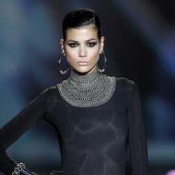 Complementos de cadenas plateadas de Aristocracy en la Fashion Week Madrid