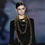 Complementos de cadenas largas doradas de Aristocracy en la Fashion Week Madrid