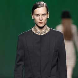 Traje negro con camisa estampada para hombre de Martin Lamothe en la Fashion Week Madrid