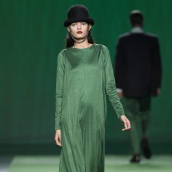 Vestido largo de gasa verde de Martin Lamothe en la Fashion Week Madrid