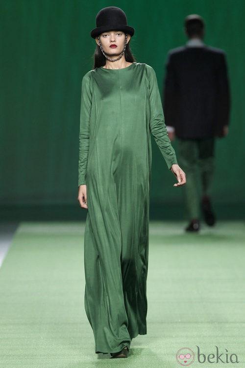 Vestido largo de gasa verde de Martin Lamothe en la Fashion Week Madrid