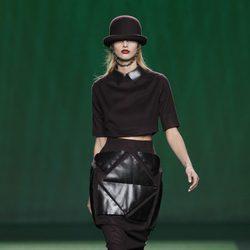 Conjunto de falda y top con apliques de cuero de Martin Lamothe en la Fashion Week Madrid