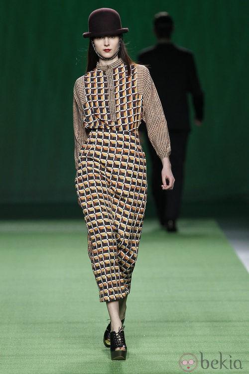 Vestido de estampado geométrico de Martin Lamothe en la Fashion Week Madrid