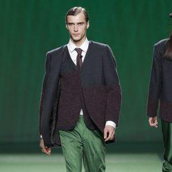 Pantalón verde de traje con americana de punto para hombre de Martin Lamothe en la Fashion Week Madrid