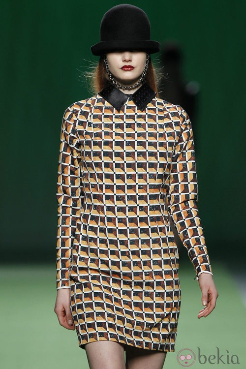 Mini vestido de estampado geométrico de Martin Lamothe en la Fashion Week Madrid