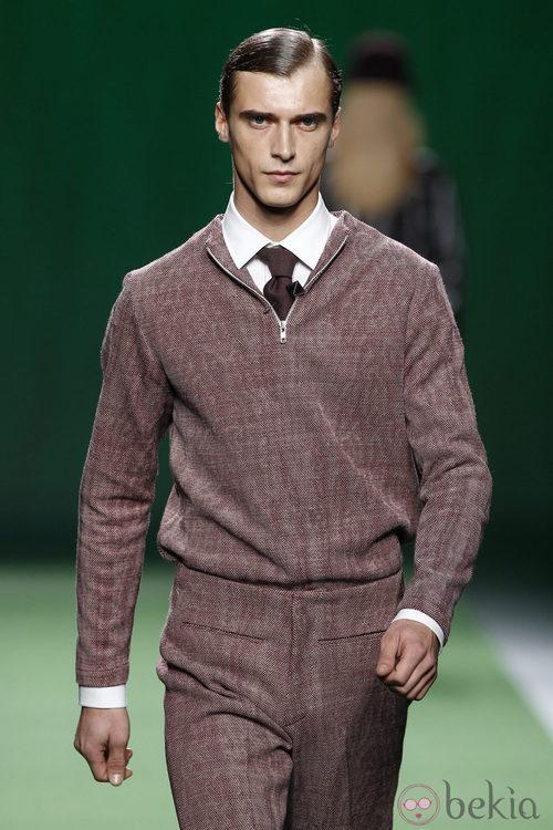 Conjunto de pantalón en color burdeos para hombre de Martin Lamothe en la Fashion Week Madrid