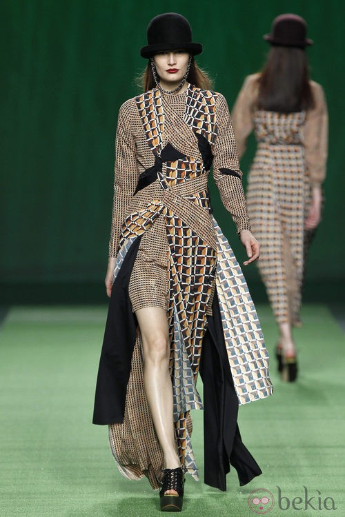Vestido de corte asimétrico de Martin Lamothe en la Fashion Week Madrid