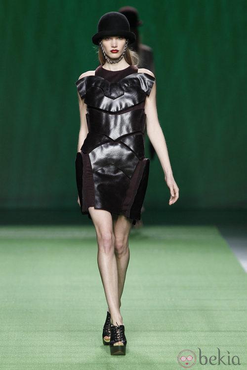 Mini vestido burdeos con adornos de cuero negro de Martin Lamothe en la Fashion Week Madrid