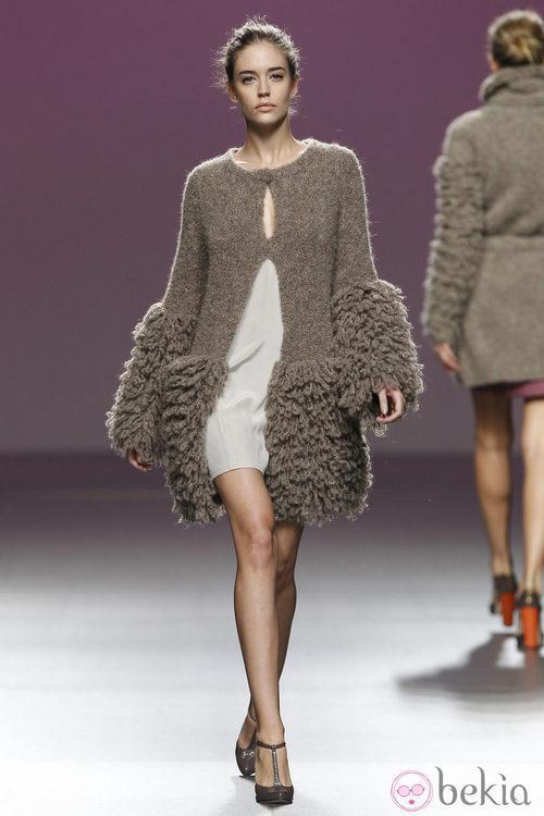Chaqueta de lana con volumen en mangas y en el bajo de Sita Murt en la Fashion Week Madrid