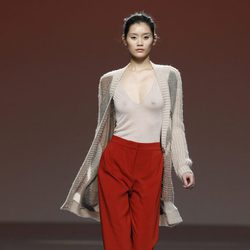 Pantalón rojo de traje con chaqueta de punto beis de Sita Murt en la Fashion Week Madrid