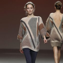 Jersey de lana con estampado en tono chocolate y gris de Sita Murt en la Fashion Week Madrid