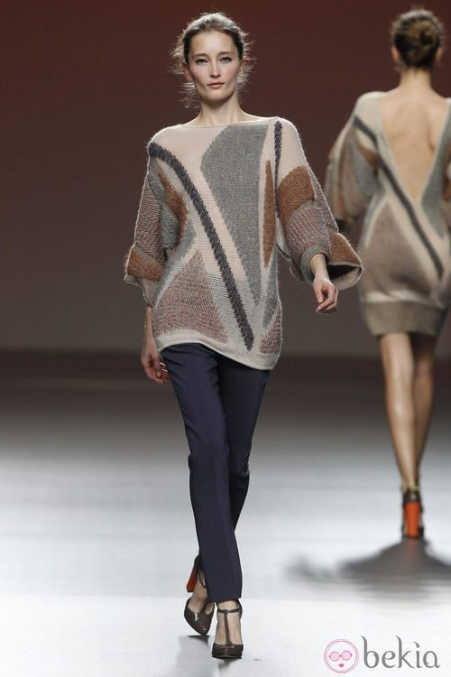 Jersey de lana con estampado en tono chocolate y gris de Sita Murt en la Fashion Week Madrid