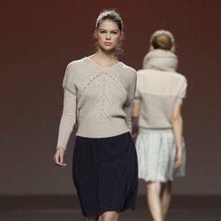 Conjunto de falda de falda negra y jersey de punto de Sita Murt en la Fashion Week Madrid