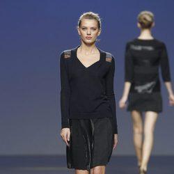 Falda negra y jersey de punto azul marino de Sita Murt en la Fashion Week Madrid