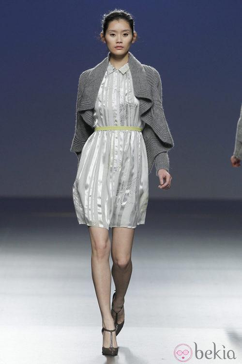 Vestido camisero en gris perla de Sita Murt en la Fashion Week Madrid