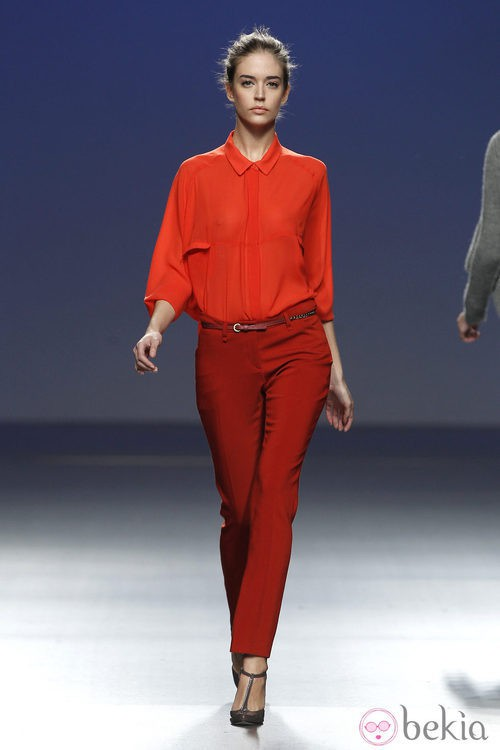 Pantalón rojo con camisa de gasa de Sita Murt en la Fashion Week Madrid
