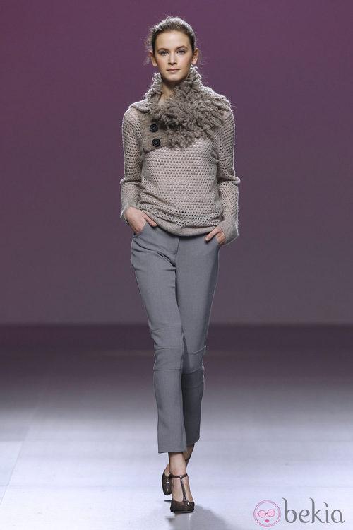 Pantalón de traje gris perla y jersey de punto de Sita Murt en la Fashion Week Madrid