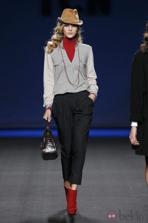 Pantalón negro con chaqueta gris y jersey rojo de TCN en la Fashion Week Madrid