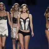 Conjunto de lencería en color perla y negro de TCN en la Fashion Week Madrid
