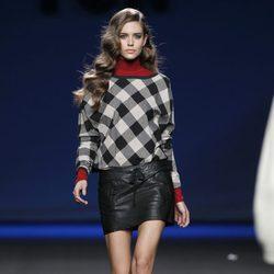 Falda de cuero negra con jersey de cuadros de TCN en la Fashion Week Madrid