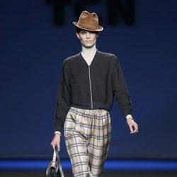 Pantalón de cuadros con chaqueta negra de TCN en la Fashion Week Madrid