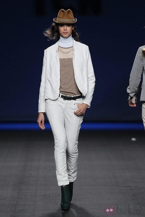 Pantalón vaquero blanco con chaqueta a juego de TCN en la Fashion Week Madrid