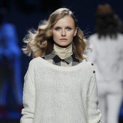 Jersey de punto blanco roto con camisa de cuadros y shorts de TCN en la Fashion Week Madrid
