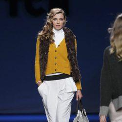 Pantalón blanco con chaqueta amarilla de punto de TCN en la Fashion Week Madrid