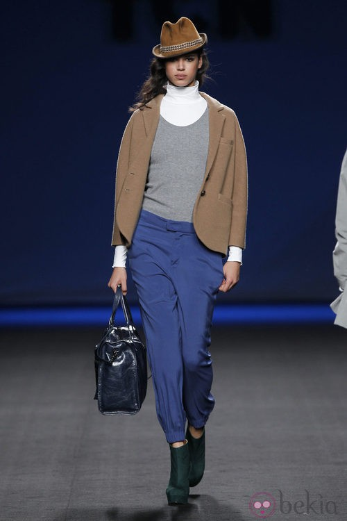 Pantalón azul con chaqueta camel de TCN en la Fashion Week Madrid