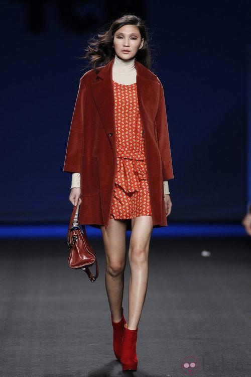 Vestido estampado naranja con abrigo caldero de TCN en la Fashion Week Madrid
