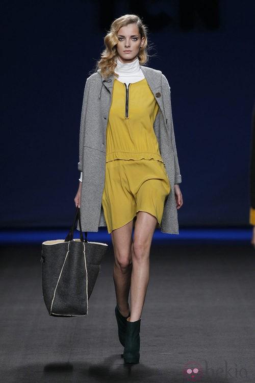 Vestido amarillo con abrigo gris perla de TCN en la Fashion Week Madrid