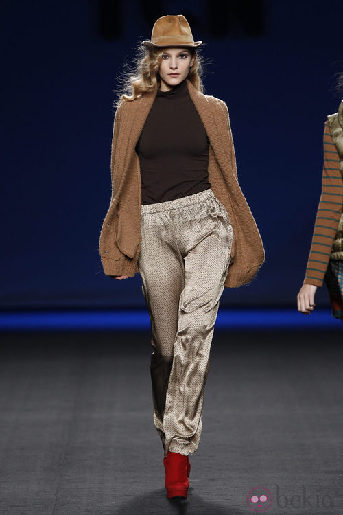Pantalón crema con abrigo camel de TCN en la Fashion Week Madrid