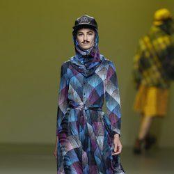 Vestido largo de cuadros en tonos azules de Carlos Díez en la Fashion Week Madrid