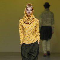 Camisa amarilla hasta la cabeza y pantalón verde de Carlos Díez en la Fashion Week Madrid