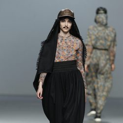 Camiseta estampada de monedas con pantalón baggy negro de Carlos Díez en la Fashion Week Madrid