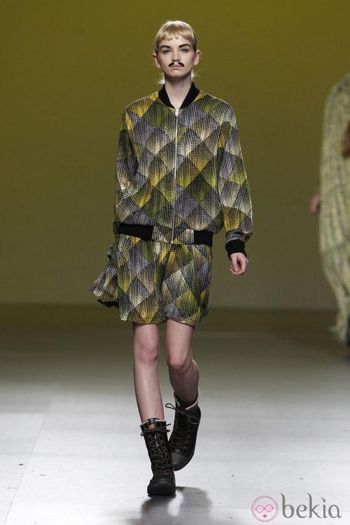 Chaqueta y mini falda estampada en tonos verdes de Carlos Díez en la Fashion Week Madrid