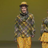 Jersey estampado con verdugo y falda amarilla de Carlos Díez en la Fashion Week Madrid