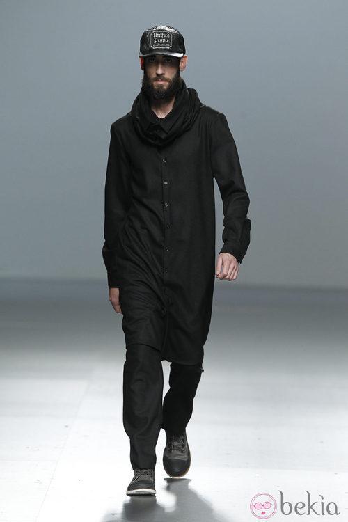 Mono negro de corte masculino de Carlos Díez en la Fashion Week Madrid