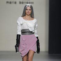 Mini falda rosa con camiseta blanca de corte asimétrico de María Barros en Madrid Fashion Week