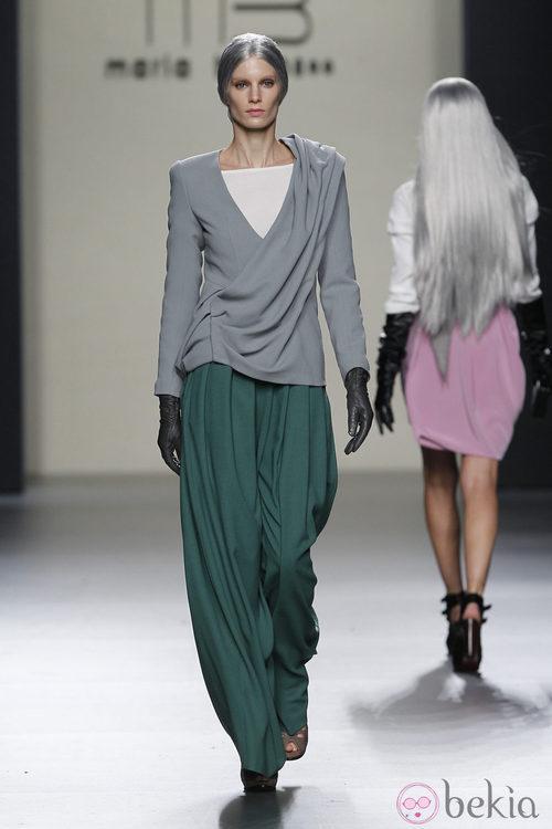Pantalón verde tableado con chaqueta gris perla de María Barros en Madrid Fashion Week