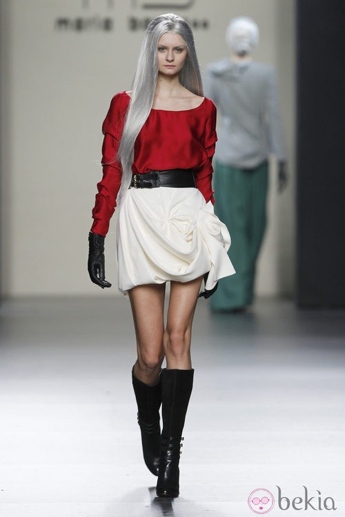 MIni falda blanca con volumen y camisa roja de María Barros en Madrid Fashion Week