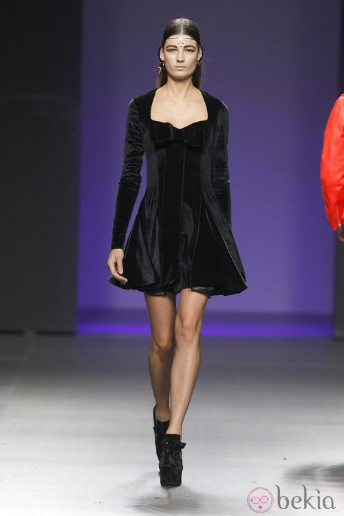 Vestido negro de la colección otoño/invierno 2012/2013 de María Escoté