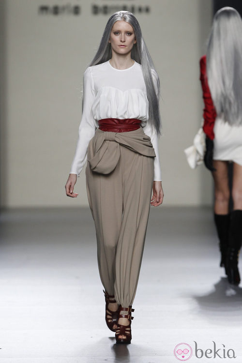 Pantalón baggy con camiseta blanca de María Barros en Madrid Fashion Week