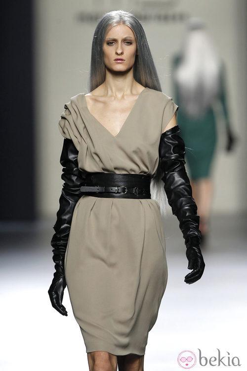 Vestido de tirantes con guantes y fajín de cuero negro de María Barros en Madrid Fashion Week