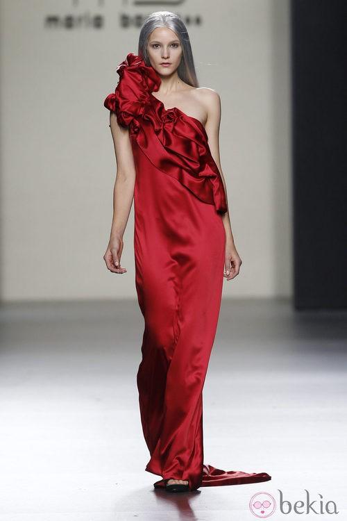 Vestido largo de noche en color rojo de María Barros en Madrid Fashion Week