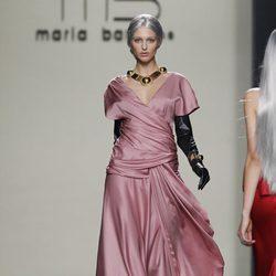 Vestido largo de noche en color rosa de María Barros en Madrid Fashion Week