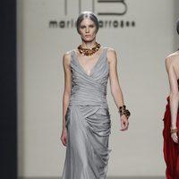 Vestido largo de noche en color gris perla de María Barros en Madrid Fashion Week