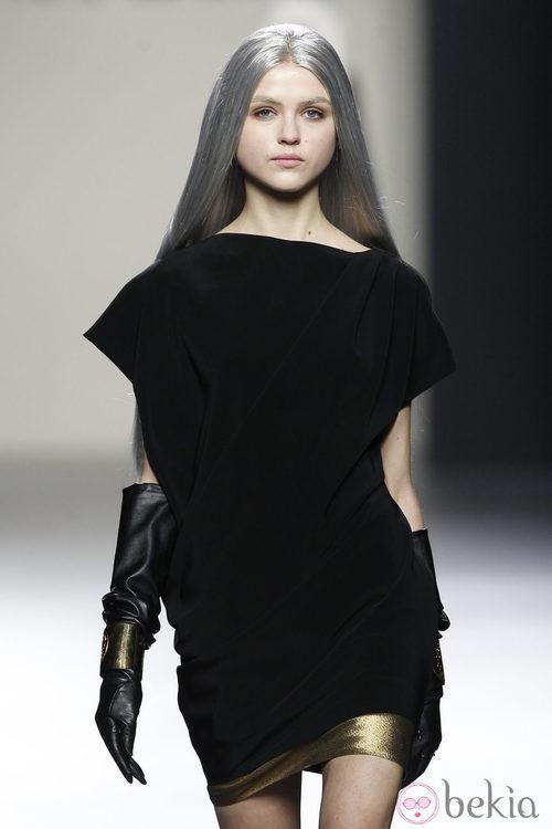 Mini vestido negro con bajo dorado de María Barros en Madrid Fashion Week