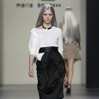 Falda negra alta y camiseta blanca de María Barros en Madrid Fashion Week